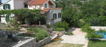 Zaton – 20 km od Nacionalnog parka prirode Krka, prodaje se prekrasna villa na parceli od 8 520 m2!
