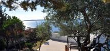 Trogir -Marina, prodaje se kvalitetno građena i stilski uređena obiteljska kuća, 40 m od plaže!