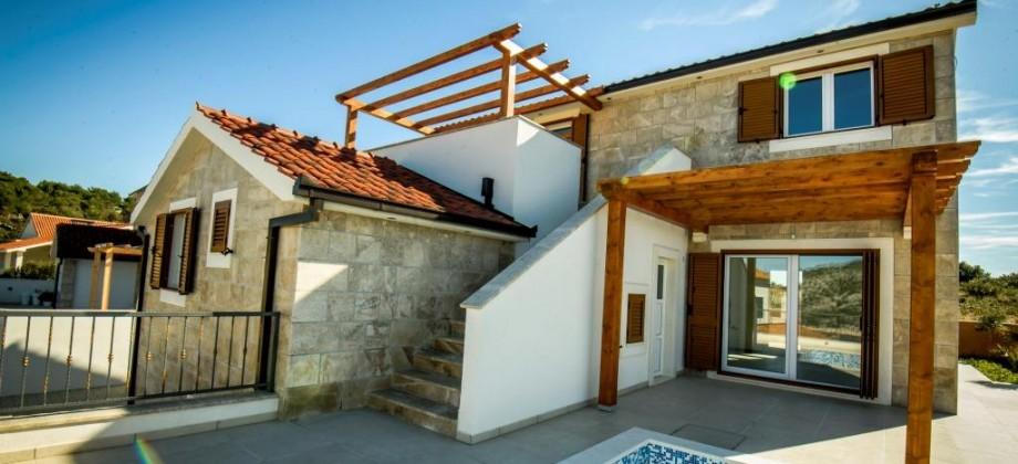 Novoizgrađena vila u dalmatinskom stilu sa bazenom