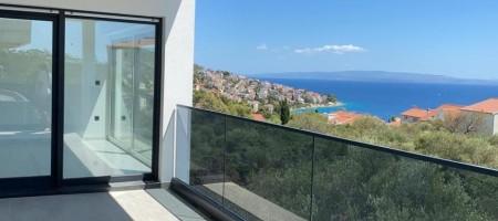Okrug Gornji, prostrani trosobni stan s pogledom na more na prodaju
